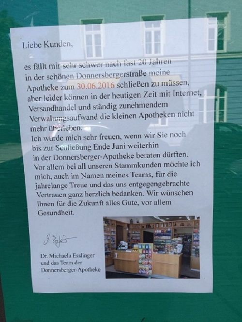Almanya'da internetteki eczane sayfalarına yenik düşen bir eczacı, eczanesinin camına yürek burkan bir veda mektubu astı.