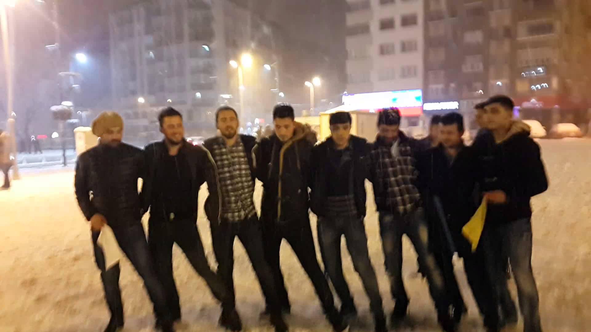 Sivas'a kar yağıyor sivaslılar halay çekiyor meydanda